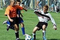 Turnaj přípravek v Lounech vyhrálo družstvo Junioru Teplice, jehož brankář se snaží zastavit domácícho Marcela Grunda v utkání, které Louny prohrály 1:2 a skončily třetí.