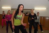 Ženy cvičí zumbu v Liběšicích u Žatce.