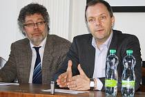 Senátoři Václav Homolka (vlevo) a Marcel Chládek na setkání v Lounech