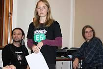 Petra Ullmannová přednáší v lounské knihovna. Vlevo přihlíží Michal Novák, vpravo Štěpán Kotek