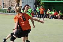 Národní házenkářky Žatce (v zelených dresech) v zápase proti Přešticím. Na snímku Lenka Potěšilová.