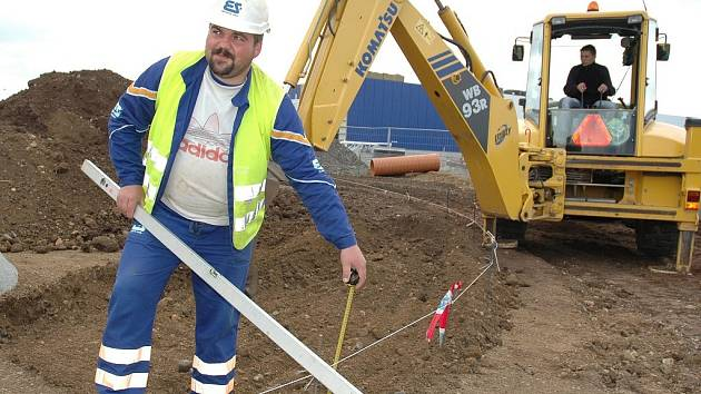 Josef Kubát pracuje na stavbě kruhového objezdu.