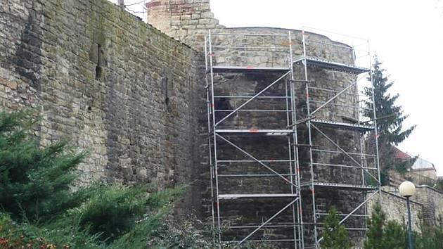 Lešení u části lounských hradeb v ulici Pod Šancemi