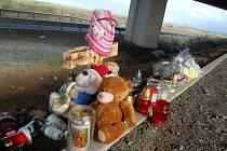 Pietní místo pod mostem, kde skončilo na střeše auto se dvěma ženami a třemi dětmi. Spousta svíček, několik plyšových hraček a na křížku také růžová čepička  a modrá čelenka, které zřejmě patřily dívkám v autě.
