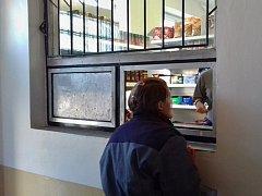 Vězeňkyně nakupují v nové prodejně v Drahonicích.
