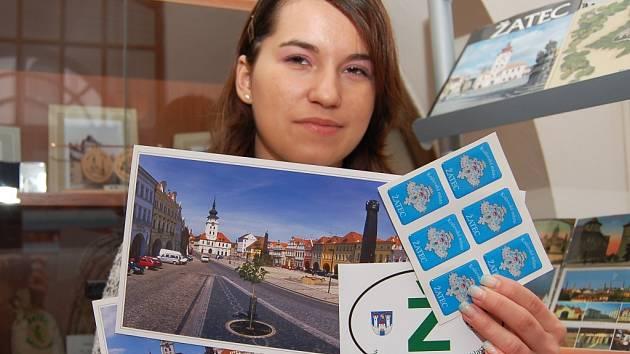 Lenka Ondříčková ukazuje nové propagační předměty, které nechalo zhotovit žatecké turistické informační centrum.