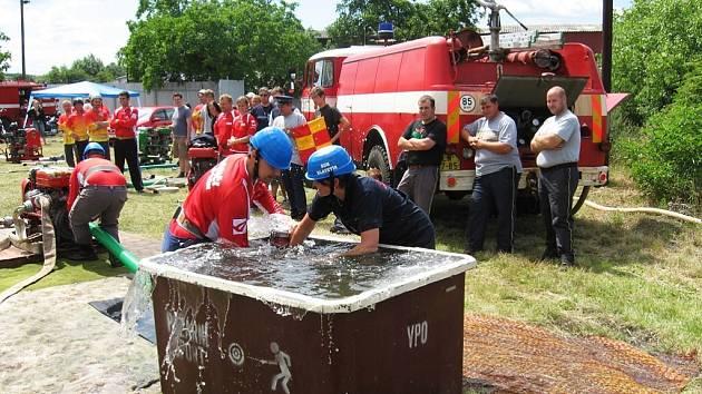 Hasiči ze Slavětína se snaží co nejrychleji načerpat vodu při požárním útoku na Memoriálu Stanislava Kučery.