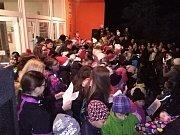 Zpívání koled před ZŠ a MŠ Jižní v Žatci