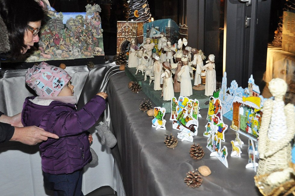 Novou tradici mají na lounském Zeleném náměstí, už podruhé tam rozsvítili vánoční stromeček.