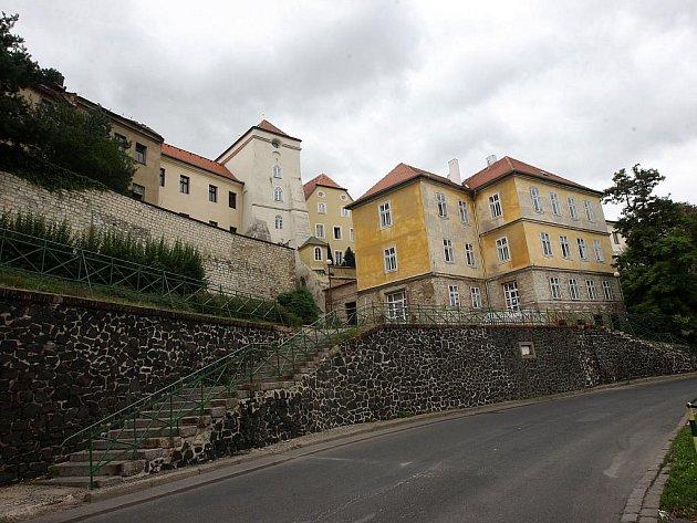 Nákladní ulice s dlouhou opěrnou zdí pod hradbami. Město řeší problémy se sesuvem svahu.