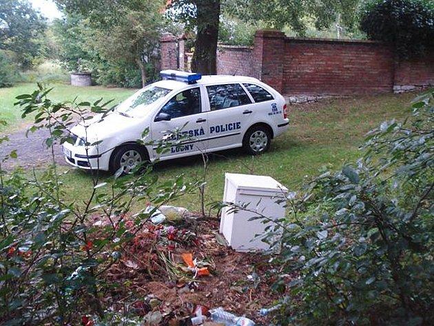 U hřbitova v Nečichách byl vyhozený kus nábytku a PET lahve