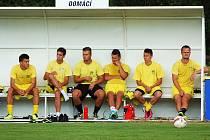 Fotbalisté Slavoje Žatec (ve žlutém) prohráli v pohárovém zápase s Karlovými Vary 2:3
