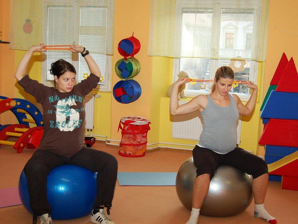 Jana Ullrichová (vlevo) a Markéta Hartmanová při cvičení budoucích maminek. Ilustrační foto