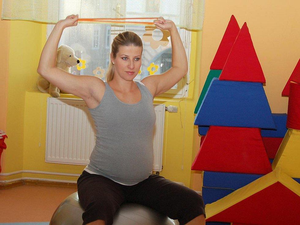 Markéta Hartmanová při cvičení budoucích maminek v Žatci.
