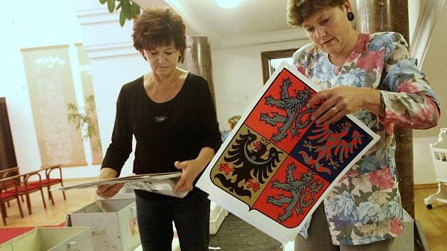 Drahuše Laiblová (vpravo) s kolegyní z Městského úřadu v Žatci chystají státní znaky a volební urny pro jednotlivé hlasovací místnosti ve městě v nadcházejících volbách.