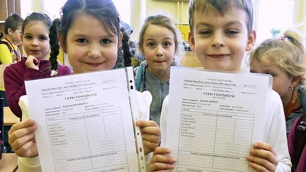 Kristýna Knapková a Jaroslav Boháč (v popředí), prvňáčci ze ZŠ 28. října v Žatci, byli mezi dětmi, které ve čtvrtek dostaly pololetní vysvědčení.