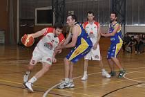 Drama do poslední sekundy zápasu rozhodl svými trestnými hody Štěpán Kocourek a zajistil tak Lounům (v bílém) dva body.