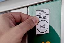 Nové značení pohonných hmot podle norem EU. Tyto symboly budou jednotné v celé Unii