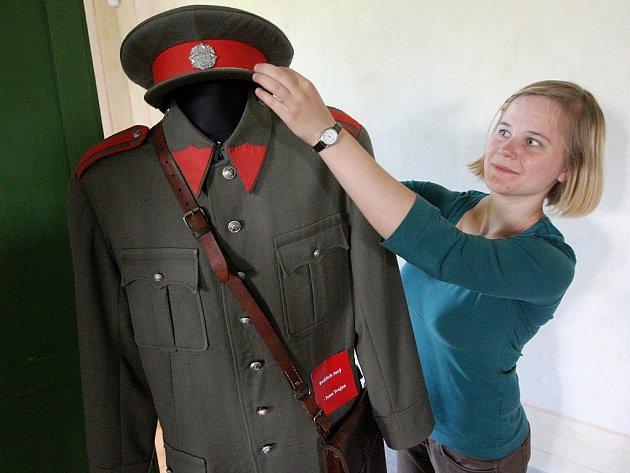 Průvodkyně Barbora Lyčková upravuje uniformu prvorepublikového četníka na zámku Nový Hrad v Jimlíně