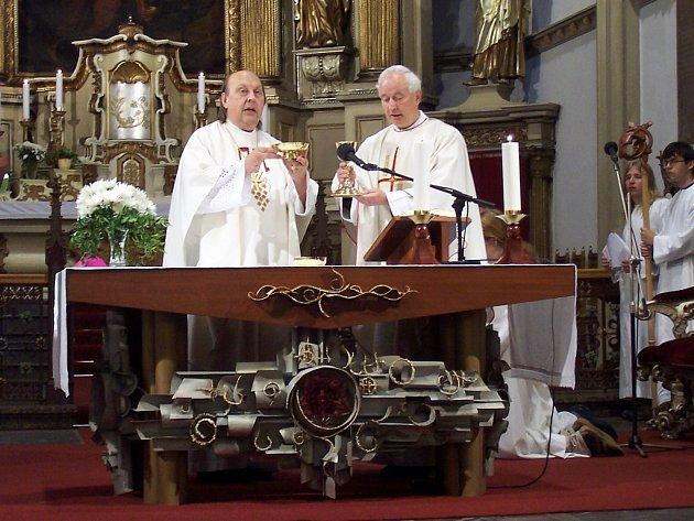 Biskup litoměřický Pavel Posád (vlevo) společně s žateckým děkanem Josefem Augustinem Špačkem při slavnostní mši svaté v den otevření děkanského kostela v Žatci.