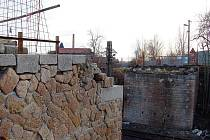 Z mostu zbyly jen nosníky. Nyní se tam nepracuje, čeká se, až bude vyrobena nová ocelová deska.