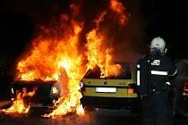 Hasiči zasahují při požáru dvou osobních vozů v žatecké ulici Volyňských Čechů