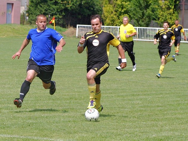 Fotbalisté ZD Podlesí Ročov (v černých dresech) porazili soupeře z Líšťan (modří) 3:0.