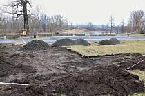 V Žatci v prostoru mezi zimovištěm vodního ptactva a fotbalovým areálem Slavoje se začala stavět venkovní posilovna