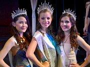 Dívka roku 2015 Denisa Czervoniaková (uprostřed). Vlevo Kateřina Tram Anh Nguyen, vpravo Natálie Eiseltova.