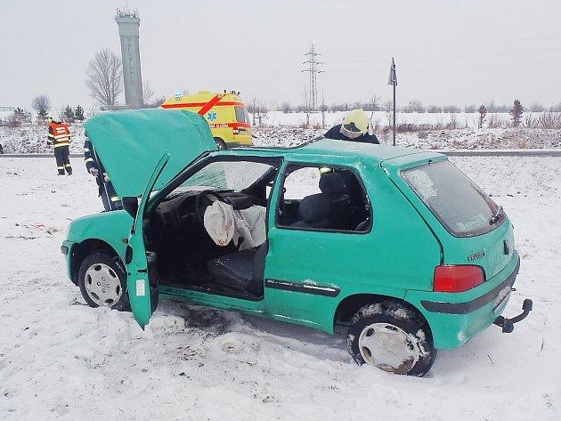 Havarované auto skončilo v poli