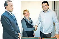 Tajemník radnice Petr Vajda, starostka Zdeňka Hamousová a místostarosta Jaroslav Špička (zleva doprava). Všichni teď kromě žatecké radnice pracují i pro Senát.