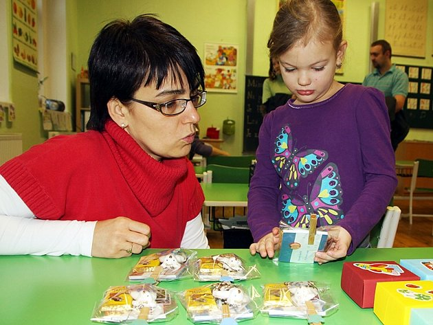 Adélka Nedvědová z Výškova byla ve škole u zápisu s maminkou a tatínkem.