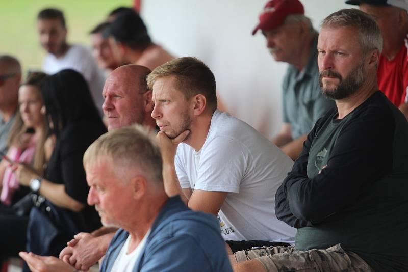 Fotbalisté Chlumčan (v modro-červeném) doma padli 1:4 s Osekem.