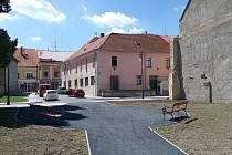 Místo vedle synagogy v lounské Hilbertově ulici v červenci 2016. Odpočinkové místo už je k dispozici.