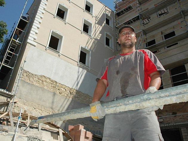 Rudolf Vichterey rovná lešenářské trubky u budoucího hotelu v Žatci.
