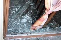 Střepy po rvačce u Formanky v Lounech.