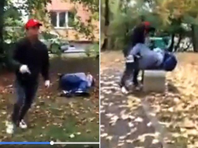 Snímky zvidea, které na Facebooku ukazuje brutální napadení chlapců mladým agresorem (včervené čepici) vlounských Holárkových sadech