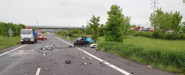 Osobní vůz čelně narazil do kamionu. Následky jsou tragické
