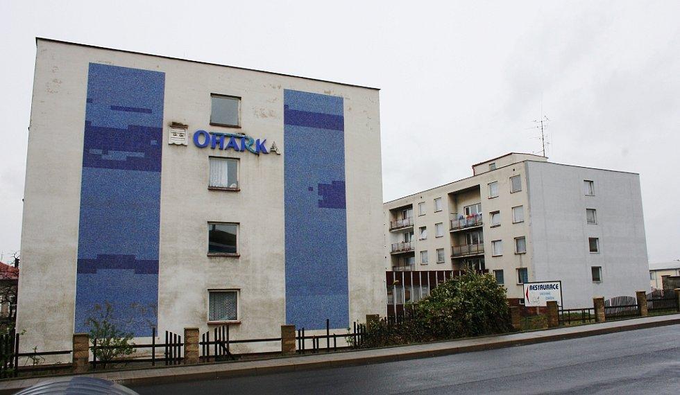 Takhle vypadá Oharka dnes. Hotel byl přestavěn na byty a objekt slouží jako ubytovna pro sociálně slabší rodiny.