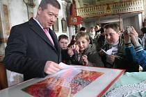 Tomio Okamura, mediálně známý český podnikatel s japonskými kořeny, beseduje s dětmi v kostele v Panenském Týnci.