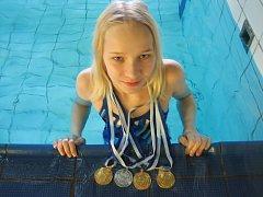Jitka Hornofová s medailemi ze závodů v Kielu.
