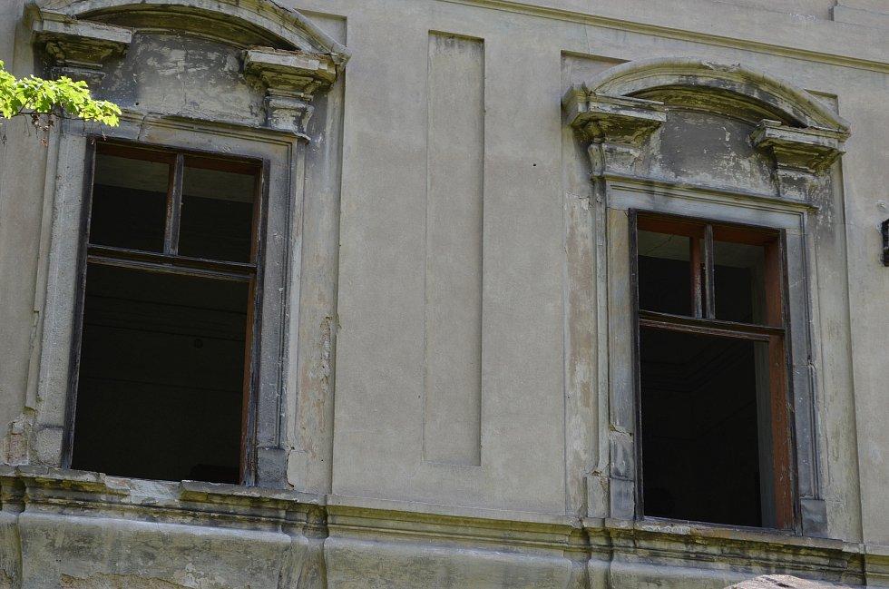 Chátrající zámek v Postoloprtech.