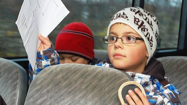Třeťáci ze ZŠ Komenského alej poznávali město z MHD. Na snímku Jan Procházka
