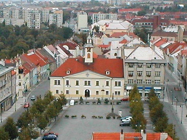 Do budovy staré radnice na lounském náměstí (uprostřed) se bude stěhovat městská knihovna. Před pár lety v ní sídlil okresní soud.