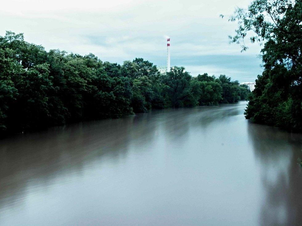 Zajímavý snímek s dlouhou expozicí zachycuje rozvodněnou Ohři v Lounech