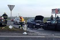Při nehodě na okraji Žatce, na křižovatce plzeňské silnice a Husovy ulice, se lehce zranili čtyři lidé.