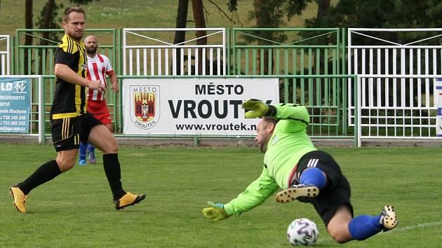 Daniel Kobera z Vroutku dává gól Meziboří.