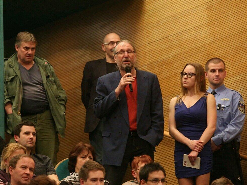 Ředitel lounského divadla Vladimír Drápal ostře vystoupil proti Miloši Zemanovi.
