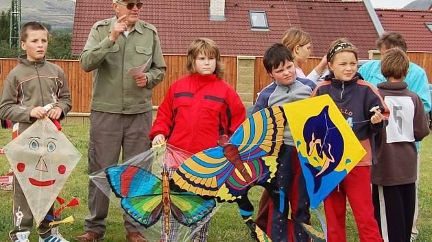 Karel Sláma vysvětluje dětem pravidla soutěže v pouštění draků.