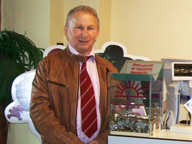 Opět po roce se v Žatci vybíraly kasičky, které v lékárnách instaluje Jiří Fencka.